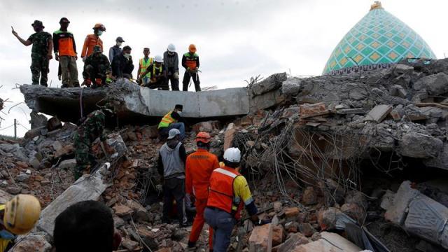 Suben a 105 las víctimas mortales del terremoto de Indonesia