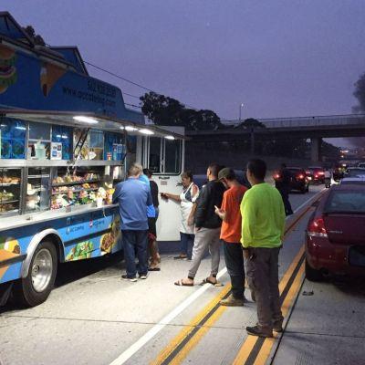 Accidente colapsa autopista y conductores se bajan a comer en Food Truck