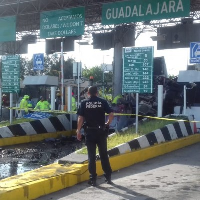Tráiler se impacta en caseta de cobro en autopista Guadalajara-Tepic
