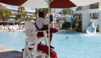 al-menos-300-ninos-se-han-ahogado-porque-sus-padres-no-se-despegan-de-sus-telefonos-salvavidas-en-piscina-publica