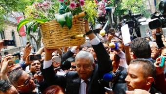 Andrés Manuel López Obrador baila con indígenas