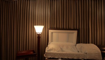 Duerme en ataúd para invocar a la suerte y muere