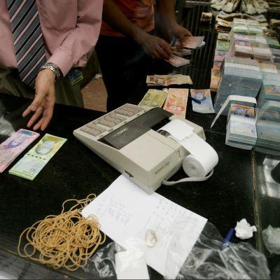 Bolívar pierde cinco ceros por reconversión monetaria