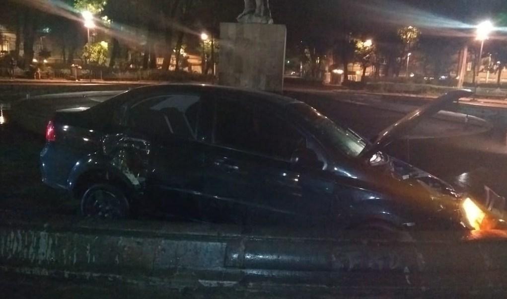 Auto cae a fuente de la Roma, CDMX