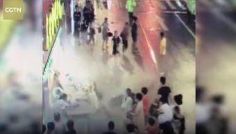 Colapsa-Sobre-Peatones-Panel-Publicitario-Personas-Muertas-China