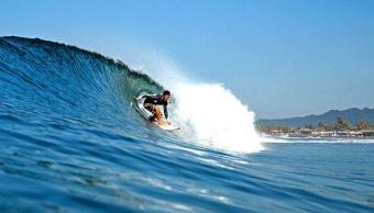 Surfistas en Colima disfrutan de alto oleaje