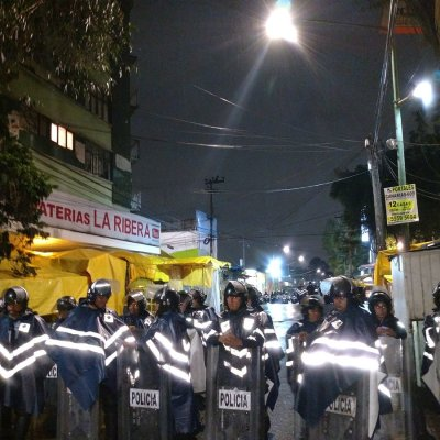 Granaderos retiran puestos ambulantes en inmediaciones del mercado Portales, CDMX