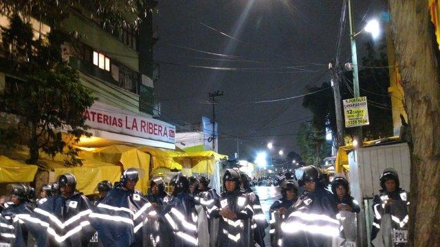 Granaderos retiran puestos ambulantes en mercado Portales
