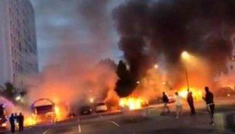 Encapuchados arrojan gasolina y prenden fuego a vehículos en Suecia Un grupo de hombres encapuchados arrojan gasolina y prenden fuego a varios vehículos en la ciudad de Gothenburg, Suecia PACO