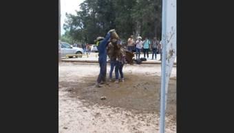 Graban novatada con baño de estiércol en San Luis Potosí