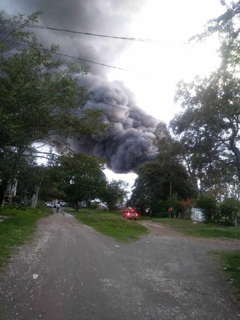 Incendio en corralón de Yecapixtla, Morelos, acaba con al menos 100 vehículos