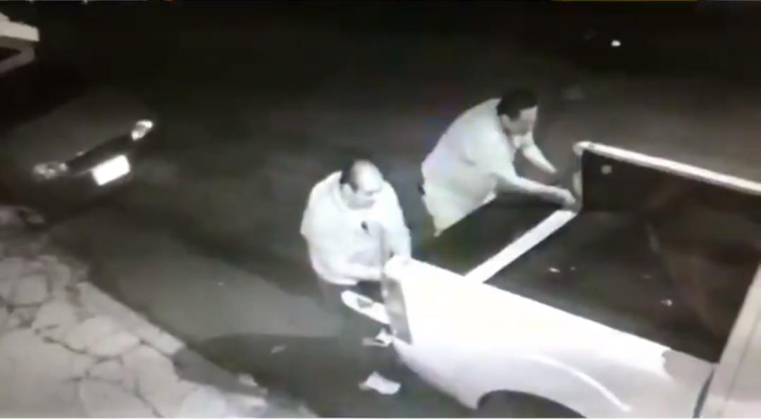 Ladrones roban faros y puerta de una camioneta en Coyoacán
