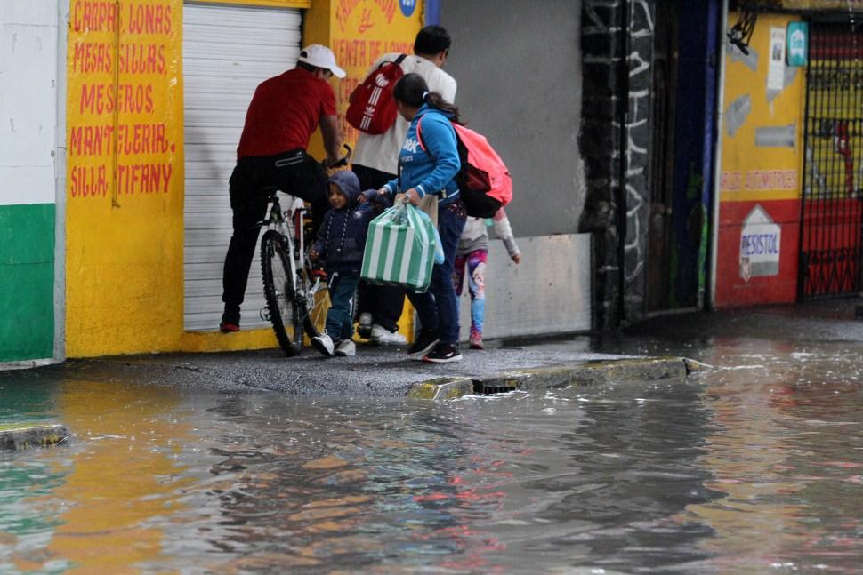 fuerte lluvia arrastra vehiculos estado de mexico