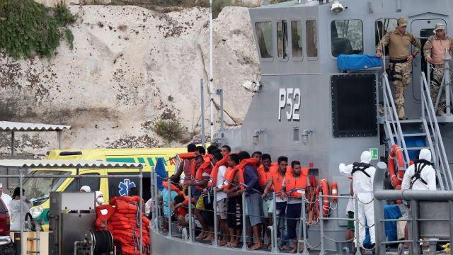 Rescatan barco con inmigrantes y dos cadáveres en Malta
