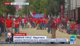 Manifestantes mineros protestan frente al Monumento a la Revolución