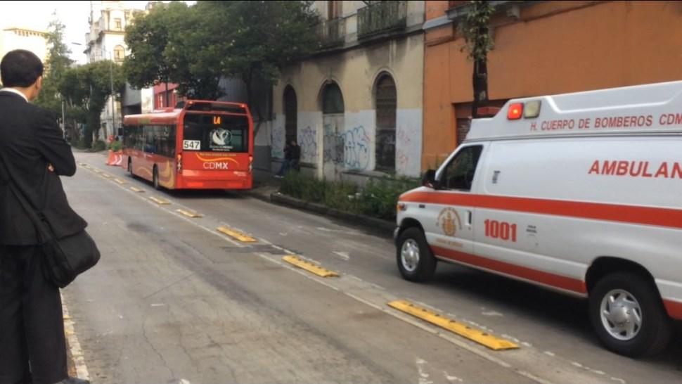 Metrobús CDMX se pasa un alto y provoca accidente