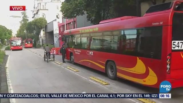 Metrobús se pasa semáforo y choca en avenida Balderas