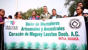 Mezcaleros oaxaqueños defienden denominación de origen en la CDMX