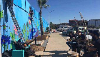 Artistas pintan el 'Mural de la Hermandad'