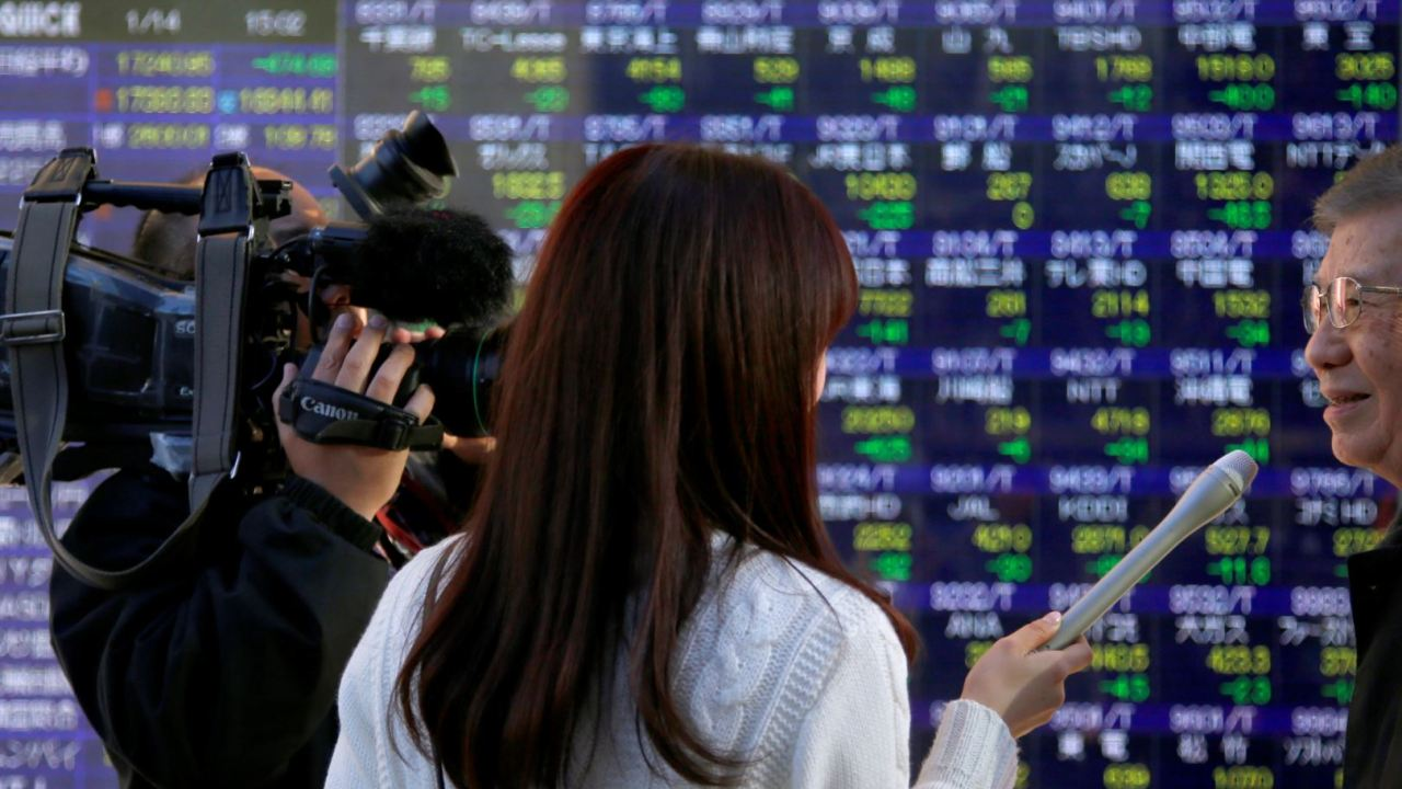 Nikkei de Bolsa de Tokio cae, Bolsas de China ganan hasta 3.9%