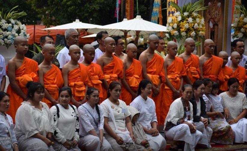 Niños rescatados en Tailandia terminan su ordenación budista