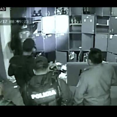 Graban a policías de la SSP-CDMX que presuntamente 'siembran' droga en bar