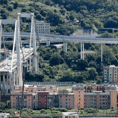 Temen entre 10 y 20 desaparecidos tras derrumbe de puente en Génova