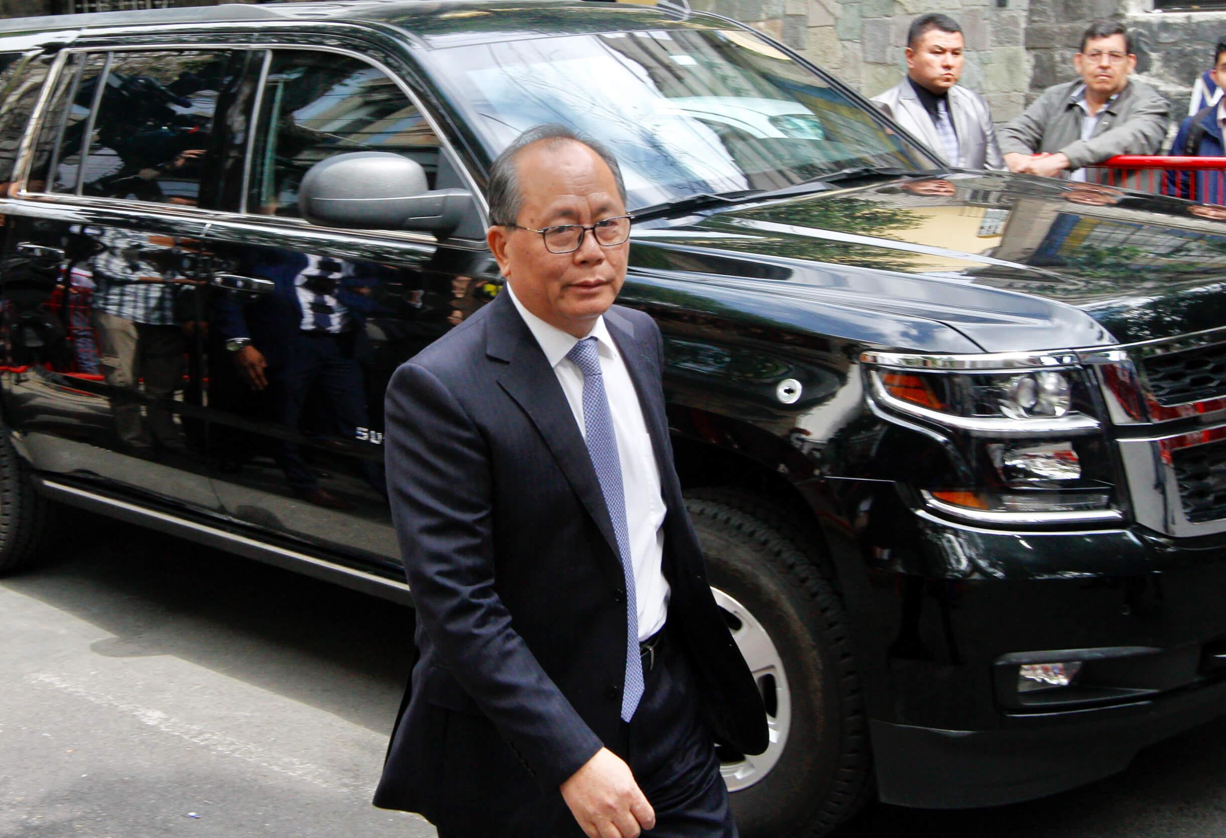 AMLO se reúne con embajador de China; recibe libros autografiados por Xi Jinping