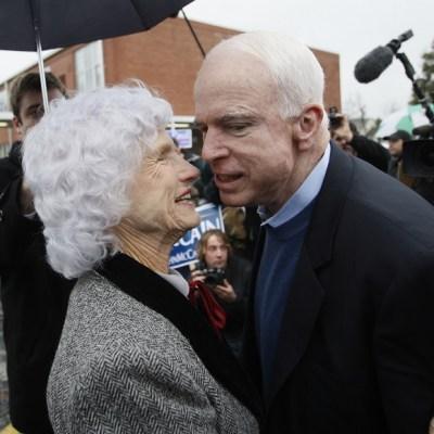 Madre de John McCain sobrevive a su hijo con 106 años
