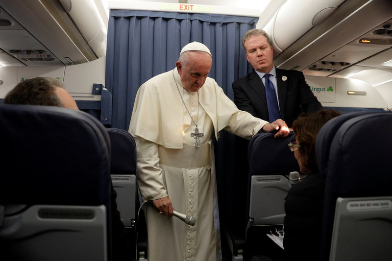 papa francisco evade hablar carta donde piden su renuncia