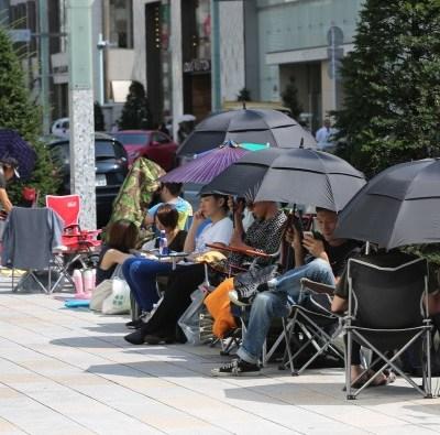 Por calor, Japón hace campaña para que los hombres usen sombrilla