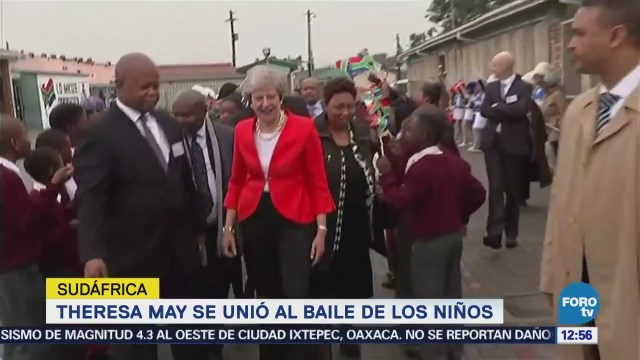 Theresa May baila en Sudáfrica