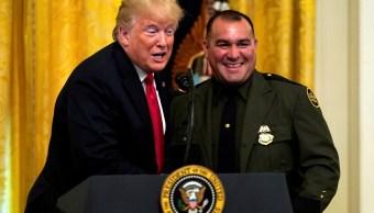 'Habla un inglés perfecto', elogia Trump a agente latino