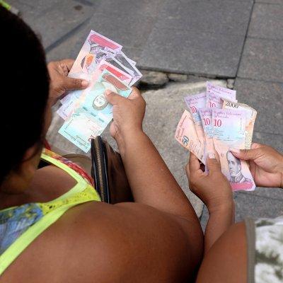 Venezuela devalúa 96% el bolivar en nueva tasa oficial