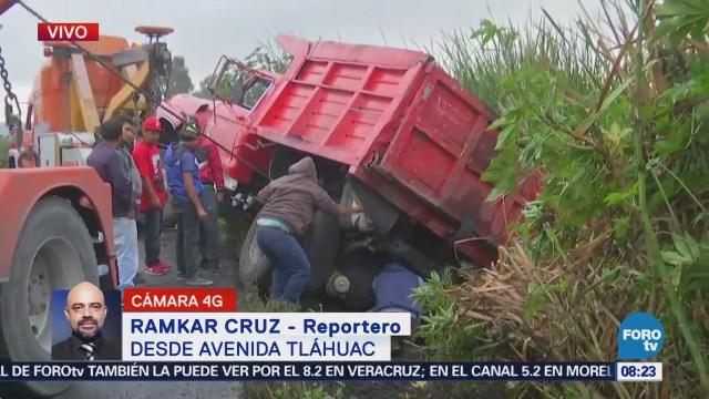 Vuelca camión de carga en avenida Tláhuac, CDMX
