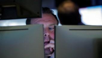 Wall Street opera mixto, ante desacuerdos comerciales