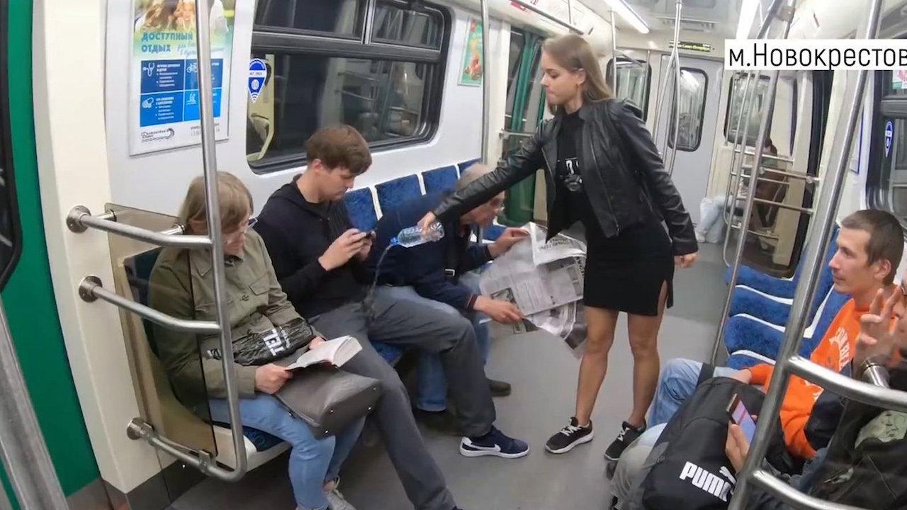 Activista-Feminista-Derrama-Cloro-Manspreading-Metro