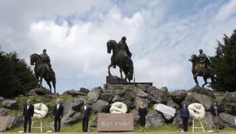 AMLO encabeza guardia en Cerro de las Cruces para conmemorar independencia