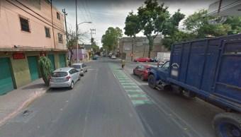 Bomberos controlan incendio de auto en la delegación Miguel Hidalgo