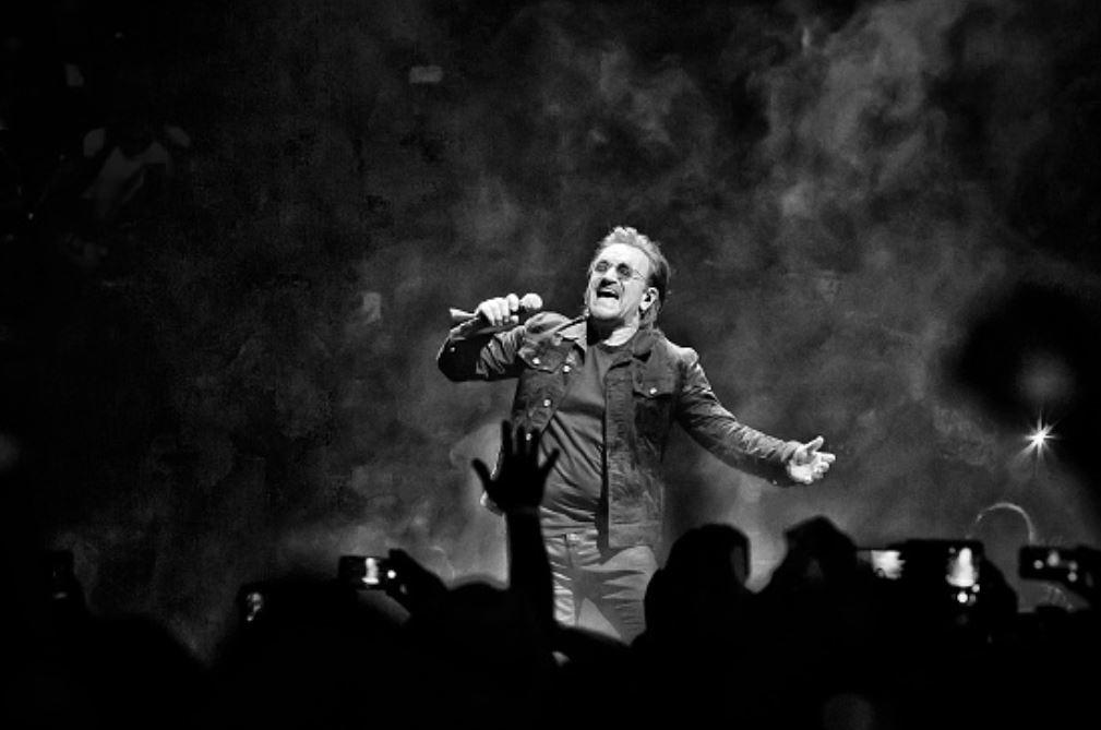 Bono pierde la voz en pleno concierto y deben cancelarlo