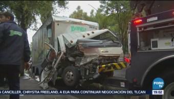 Choca camión contra un tráiler en avenida Ceylán