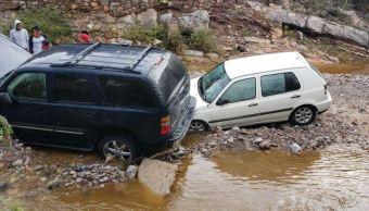 Se desborda presa y arrastra 50 vehículos en San Luis Potosí