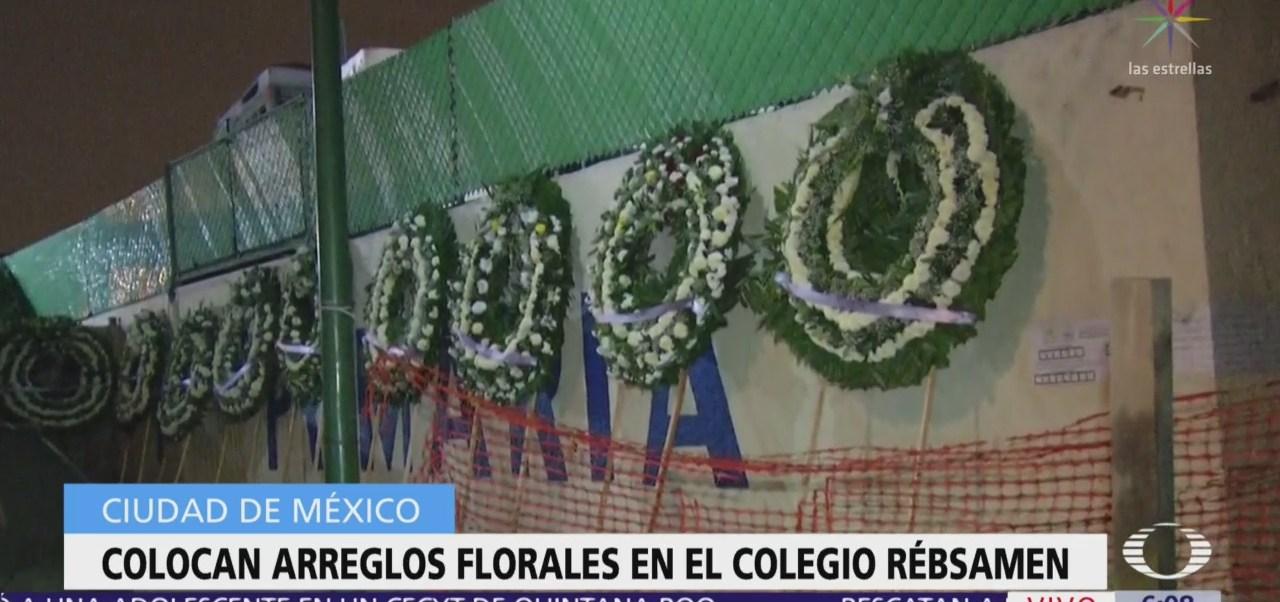 Colocan arreglos florales en el Colegio Rébsamen