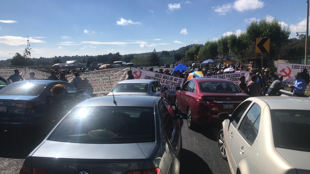 Ejidatarios de Tlahuapan bloquean la autopista México-Puebla