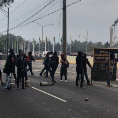 Encapuchados bloquean Insurgentes frente a Rectoría de la UNAM