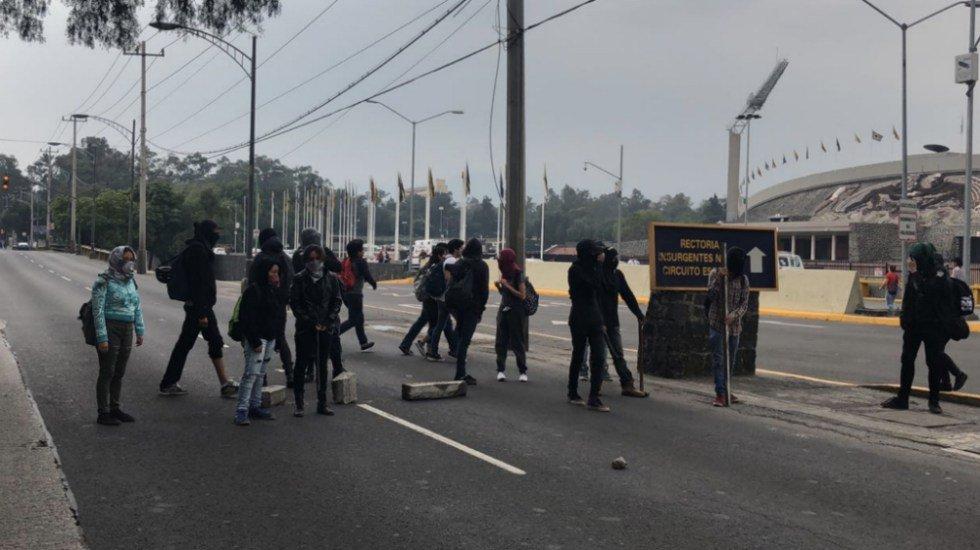 Encapuchados bloquean Insurgentes frente a Rectoría