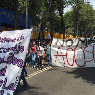 Estudiantes de CCH Azcapotzalco marchan hacia la Rectoría de la UNAM