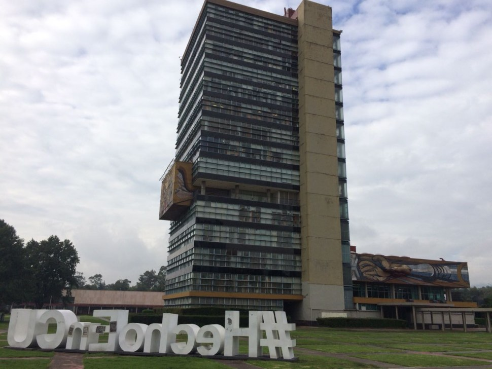 Sigue paro en la UNAM; limpian pintas hechas en Rectoría