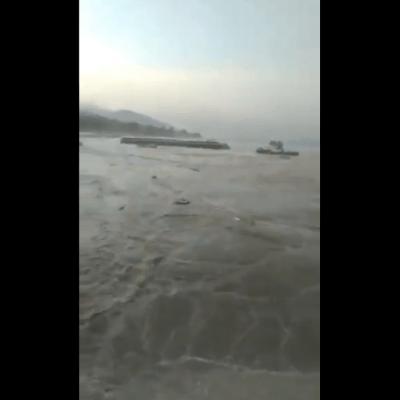 Video: tsunami azota una ciudad de Indonesia tras sismo de 7,5 grados