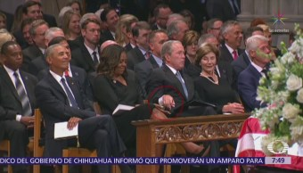 George W. Bush regala dulce a Michelle Obama en funeral de McCain